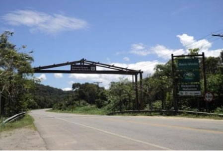 Figura 34. Pórtico da Estrada Parque da Serra do Guararu, na Rodovia  SP-061.
