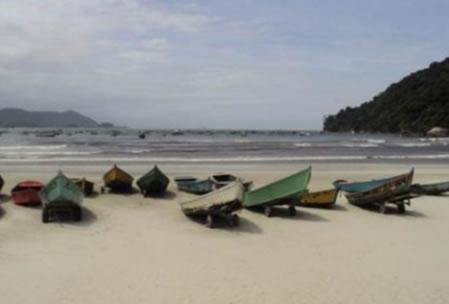Figura 16. Barcos de pesca e passeio na Praia do Perequê.